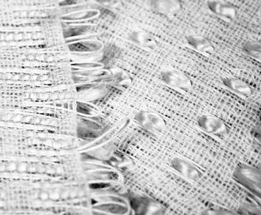 Papiergewebe: Papierkordel und Seide verwebt von Hand
