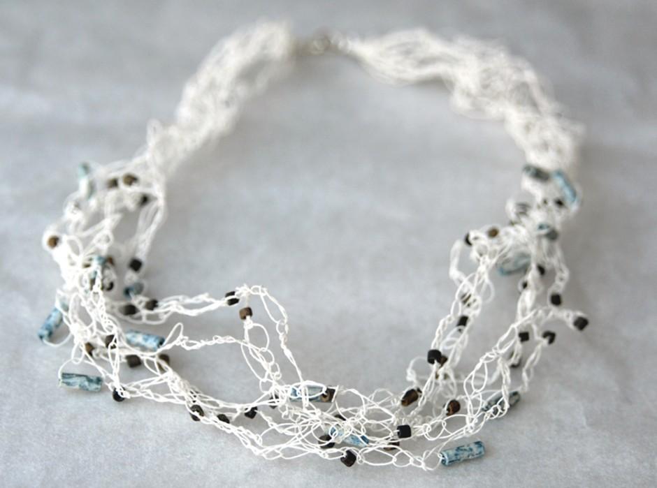 PaperPhine: Feine Häkelkette aus Papiergarn mit kleinen Perlen aus Peru